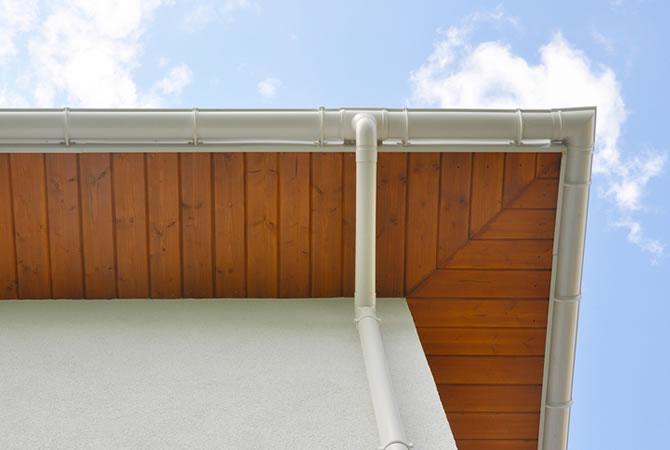Dakoversteek dakgootbekleding plaatsen prijs tips advies for Vijverrand afwerken met hout